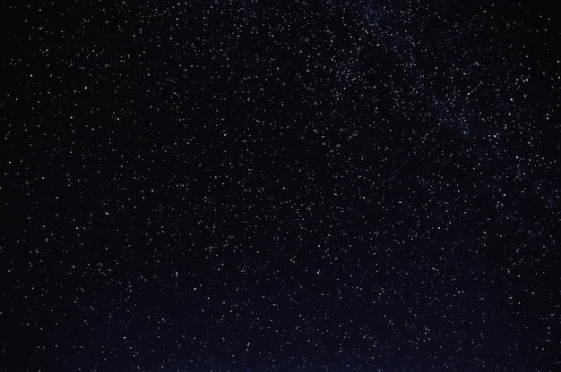 은하수와 밤 어두운 검은 별이 빛나는 하늘에 별