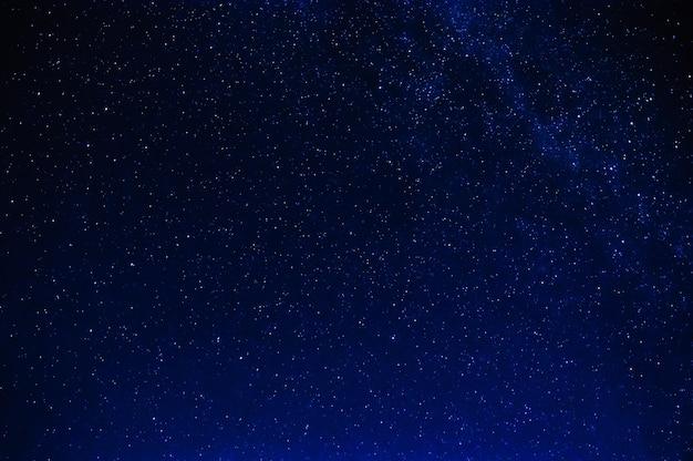 은하수와 함께 밤 어두운 파란색 별이 빛나는 하늘에 별