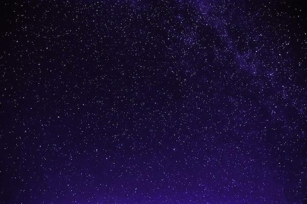 은하수와 밤 보라색 검은 별이 빛나는 하늘에 별