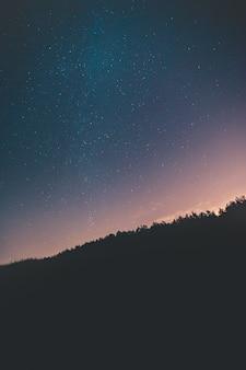 黒い山の上の星