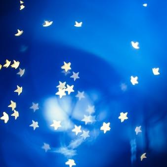 青い背景に渦巻く星