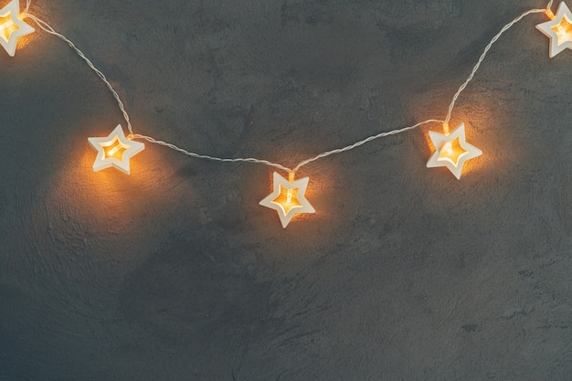크리스마스를 위한 별 모양의 빛 화환 축제 장식