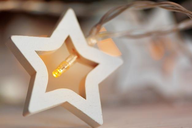 크리스마스를 위한 별 모양의 빛 화환 축제 장식 프리미엄 사진