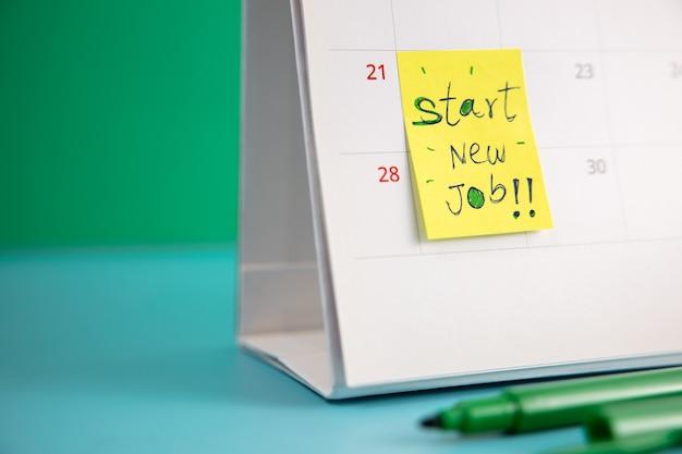 Начните новую карьеру. крупный план календаря с формулировкой «начало новой работы»: «проблемы с профессией для нового сотрудника»