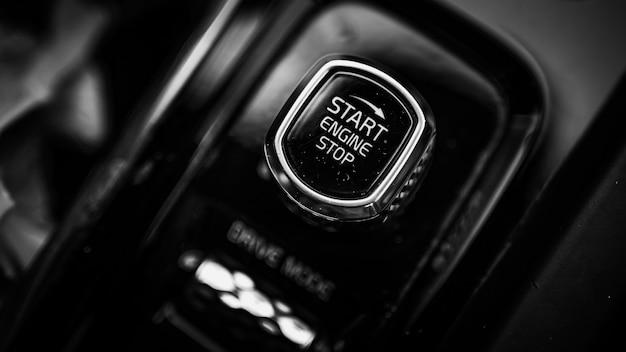 Кнопка запуска и остановки в черно-белом стиле