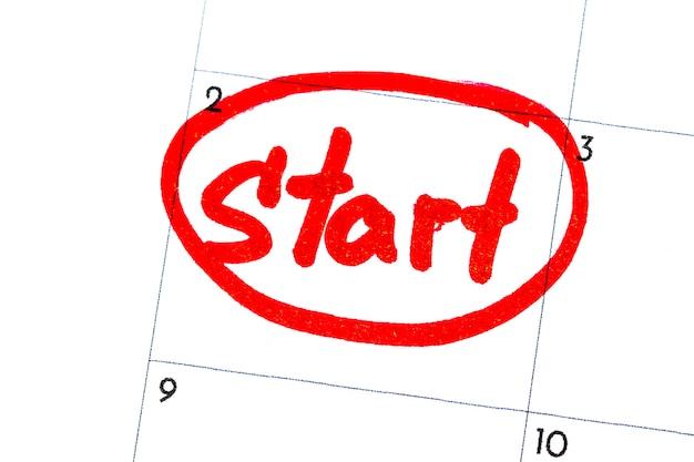 「開始」は、カレンダーに黒いマーカーで書かれたテキストです。