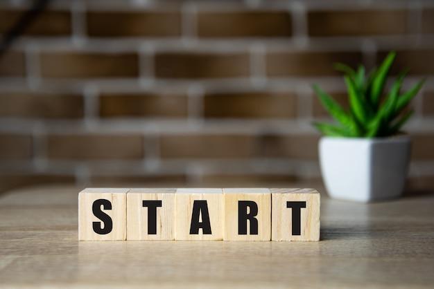 Начать сейчас или позже символ деревянные кубики и изменить слова начать красивый фон копировать пространство