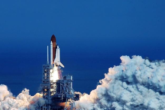 プラットフォームからのシャトルの開始この画像の要素はnasaによって提供されました