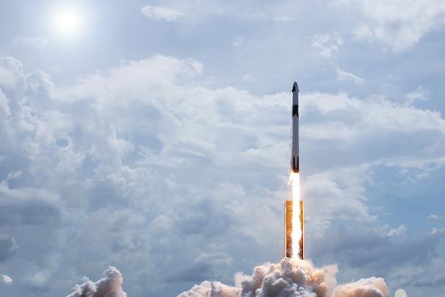Запуск космического корабля. элементы этого изображения были предоставлены наса. фото высокого качества