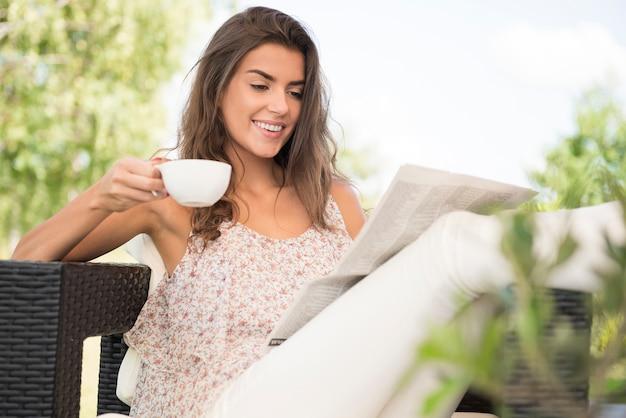 コーヒーと新聞で一日を始めましょう