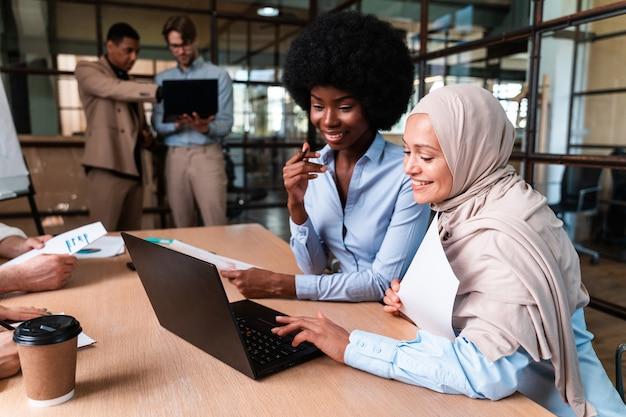 사무실에서 비즈니스 팀을 시작합니다. 회의실에서 새 프로젝트를 함께 작업하는 다민족 그룹