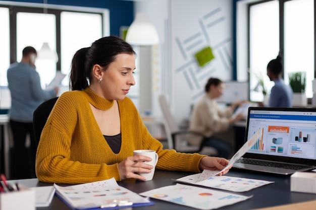 서류 문서를 들고 재무 통계를 분석하는 회사 리더십을 시작하십시오. 다양한 동료들과 함께 프로젝트에 앉아 있는 임원 기업가, 관리자 리더.
