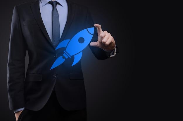Концепция запуска с бизнесменом, держащим абстрактный цифровой значок ракеты, ракета запускает и взлетает в воздух
