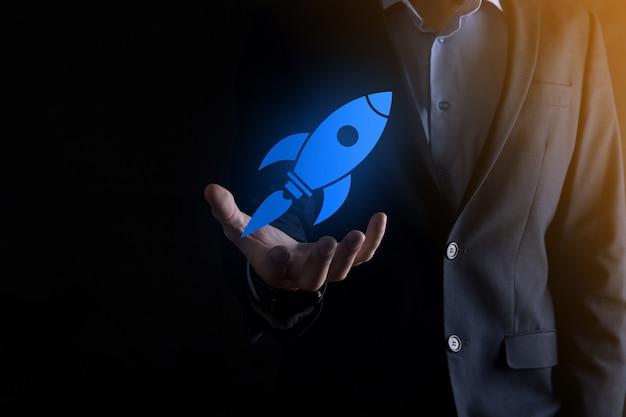 추상적 인 디지털 로켓 아이콘 로켓을 들고 사업가와 개념을 시작 하 고 날으십시오.