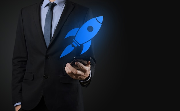 Концепция запуска с бизнесменом, держащим значок абстрактной цифровой ракеты