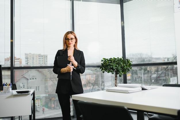 Запуск предприятия, женщины-лидеры новой компании, уверенные в себе