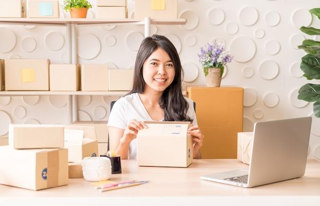 Начните предприниматель малого бизнеса или внештатную женщину, работающую дома