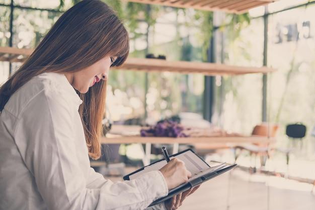 Startup женщина работает в кафе