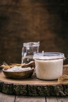 스타터 사워 도우는 물과 밀가루의 혼합물을 발효시켜 빵 굽기에 누룩으로 사용합니다.