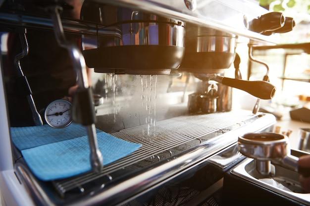 プロのスチームコーヒーマシンを起動します。コーヒーを淹れるためのコーヒーマシンの準備プロのスチームコーヒーマシンを始める