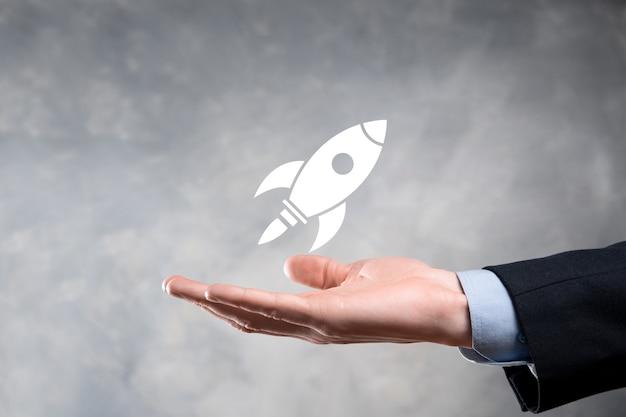 Бизнес-концепция запуска, бизнесмен, держащий планшет и значок, запускает ракету и взлетает с экрана с сетевым подключением на темном фоне.