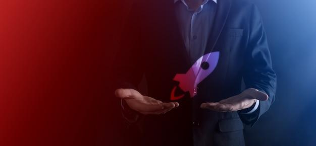 시작 비즈니스 개념, 사업가 태블릿 및 아이콘 로켓을 들고 시작 하 고 어두운 배경에 네트워크 연결 화면에서 날아 날아.