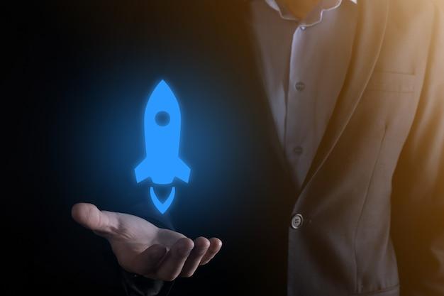 Бизнес-концепция запуска, бизнесмен, держащий планшет и значок, запускает ракету и взлетает с экрана с сетевым подключением в темноте