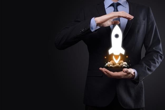 Бизнес-концепция запуска, бизнесмен, держащий планшет и значок ракеты, запускает