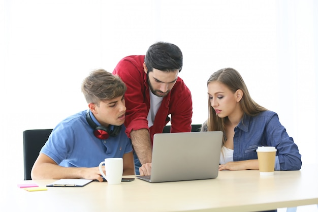 Творческие деловые люди, работающие в startup business office и ноутбук на столе