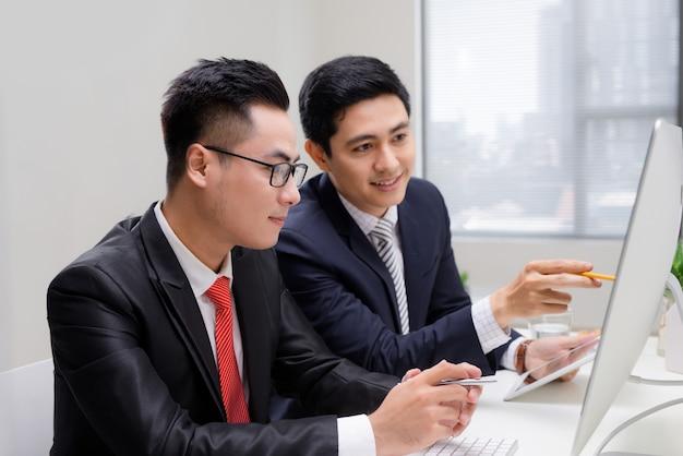 데스크탑에서 함께 일하는 스타트업 비즈니스 파트너