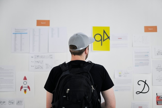Запуск деловых людей, глядя на информацию о совете стратегии задумчивый