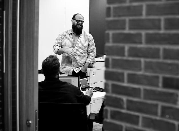 Команда стартапов, проводящая мозговой штурм на семинаре-совещании