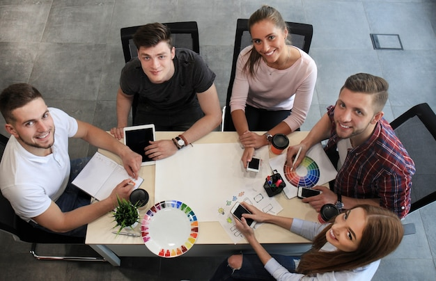 노트북 및 태블릿 컴퓨터 작업, 현대적인 밝은 사무실 내부 브레인스토밍에서 회의를 시작하는 비즈니스 팀