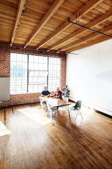 Бизнес-команда стартапа, работающая над проектом на встрече