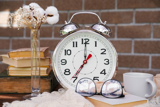 Концепция запуска чашка кофе будильник книги очки начните свой день с утреннего кофейного образования ...
