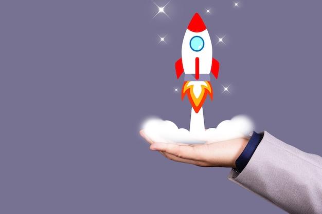 사업가가 로켓을 들고 발사하는 시작 개념. 공간을 복사합니다. 고품질 사진