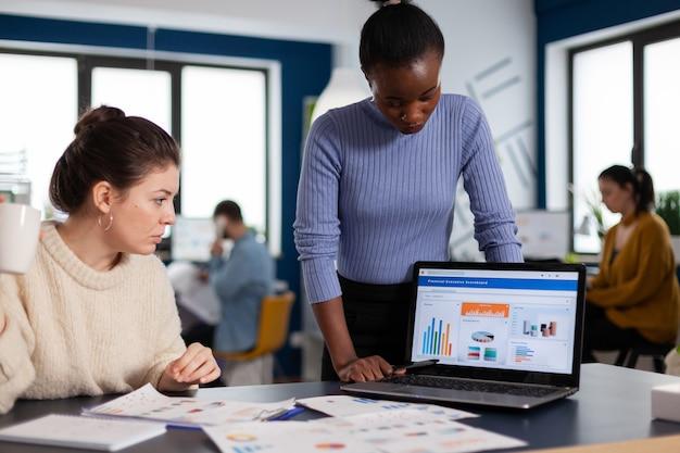 훌륭한 팀워크를 수행하는 재무 차트에서 작업하는 다양한 기업 관리 시작