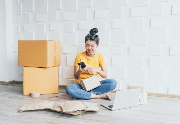 Стартап малого бизнеса предприниматель мсп внештатный женщина работа с смартфоном