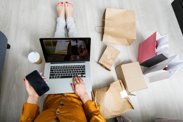 노트북을 가진 스타트업 중소기업, 상자를 작업하는 프리랜서, 홈 오피스의 젊은 아시아 사업가, 온라인 마케팅 포장 상자 및 배달, 기술 중소기업 배달 개념