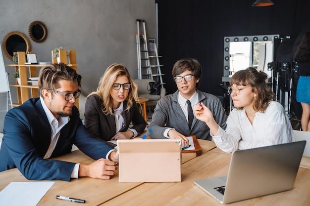 Startup концепция встречи метода мозгового штурма сыгранности разнообразия. планирование людей.