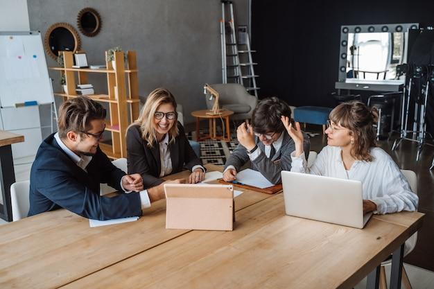 Startup концепция встречи метода мозгового штурма сыгранности разнообразия.