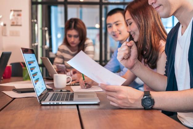 近代的なオフィスでのスタートアップ事業チーム会議