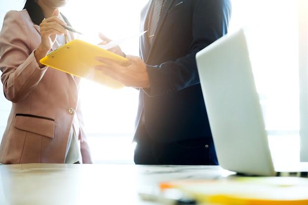 Заседание бизнес-группы по запуску бизнеса анализирует маркетинговые данные.