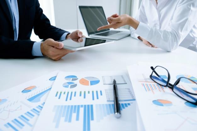 スタートアップのビジネスマンのチームワークは、プランニングのスタートアッププロジェクトについて話し合うために会議をブレーンストーミングします。