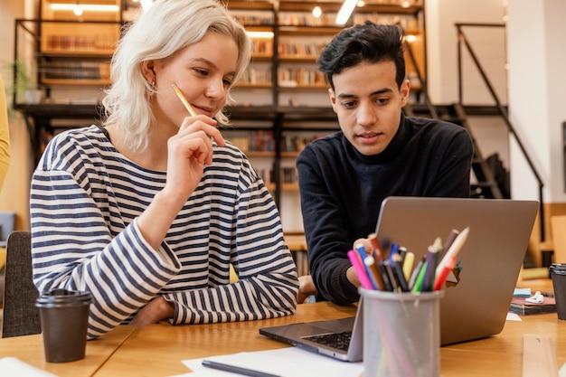 戦略を議論するスタートアップ起業家