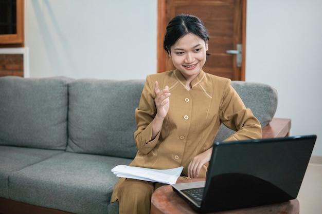 Государственные чиновники или правительственный служащий проводят встречу по онлайн-звонку