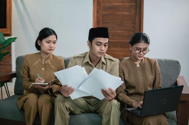 동료와 회의를 하는 공무원 또는 공무원