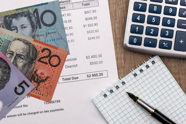 Выписка со счета с австралийским долларом, калькулятором и блокнотом