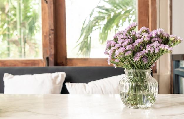 꽃병에 statice 꽃