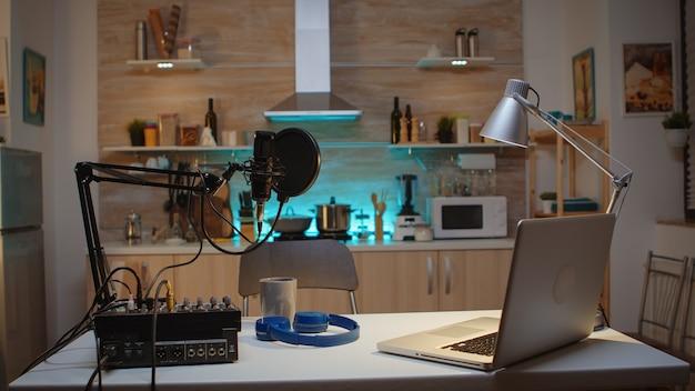 팟캐스트 중 녹음 및 말하기용 스테이션. 프로덕션 마이크를 사용하여 소셜 미디어 콘텐츠를 녹음하는 인플루언서. 디지털 웹 인터넷 스트리밍 스테이션